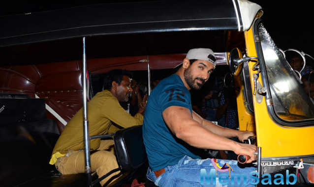 John Abraham too joined the fun and posed stylishly for shutterbugs. As John rides away in the auto his smile leaves us blushing. The Force 2 actor is beyond charming.