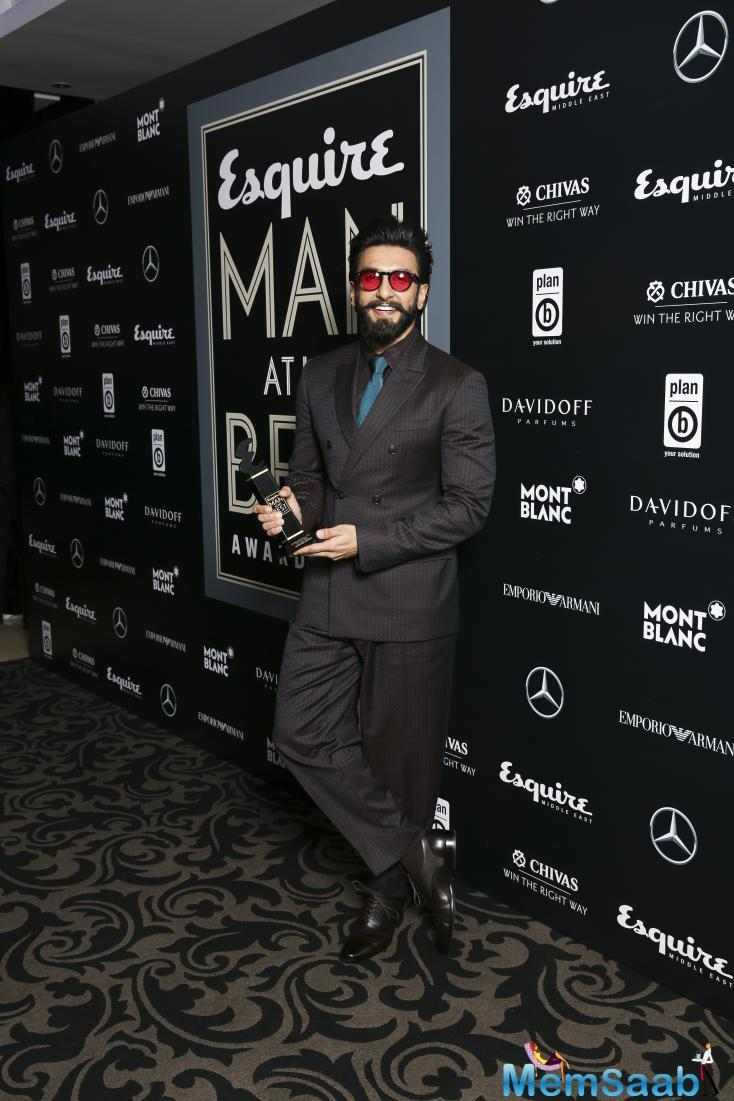 Bollywood hottie Ranveer Singh does the same while accepting delivering his acceptance speech after bagging International Man of the Year at Esquire Awards 2016, in Dubai.