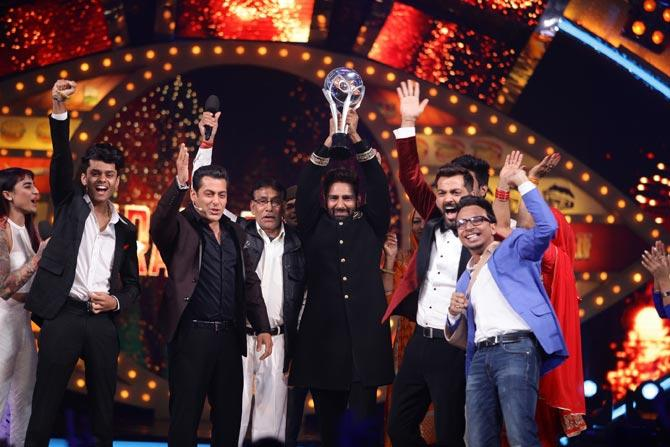 Manveer Gurjar's winning moment with his family, Manu Punjabi and Salman Khan