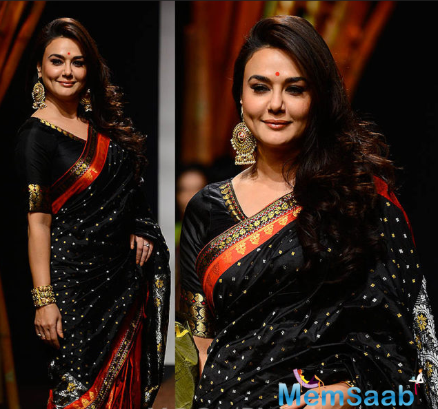 Preity Zinta looked stunning in a black and red sari. The actress strutted through the ramp elegantly and gracefully.