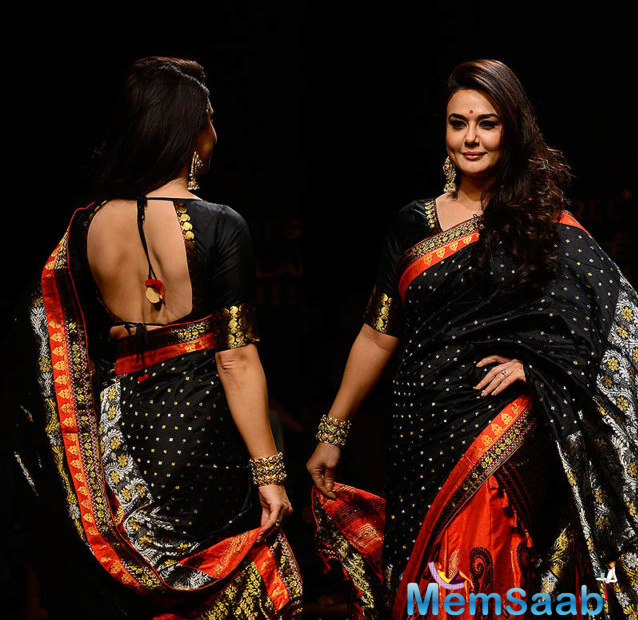 Preity's Indian attire was complemented by black elbow sleeves silk blouse, she looked elegant in a Mekhela Chador by Sanjukta Dutta Saree.