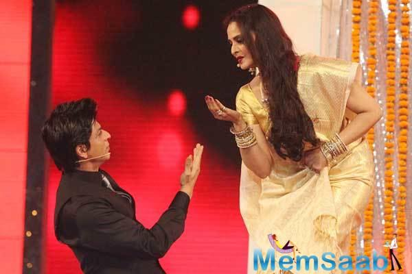 It also says, Rekha along with Maharashtra Governor C Vidyasagar Rao will give the award.