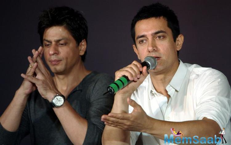 Both SRK and  Hastings posted a photograph on their blogs, where they posed for the shutterbugs.