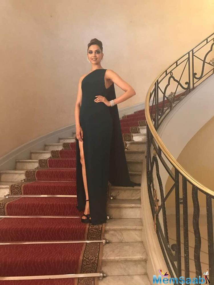 Deepika stuns in a sexy green gown, but what about her eye sadow?