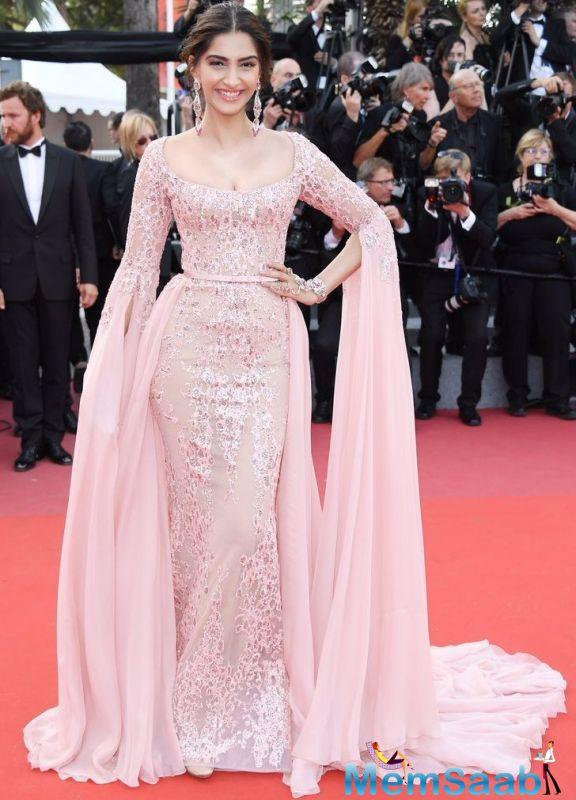 Accessorizing her couture with custom-made Kalyan jewellery, Sonam took over from Aishwarya Rai Bachchan and Deepika Padukone, both of whom had earlier mesmerized the audiences and the media with their ultra-glamorous aspects.