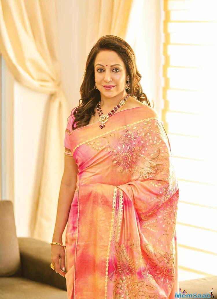 On the request of master Mudassar Khan, Hema Malini enacted the 'Tonga' scene from the film.