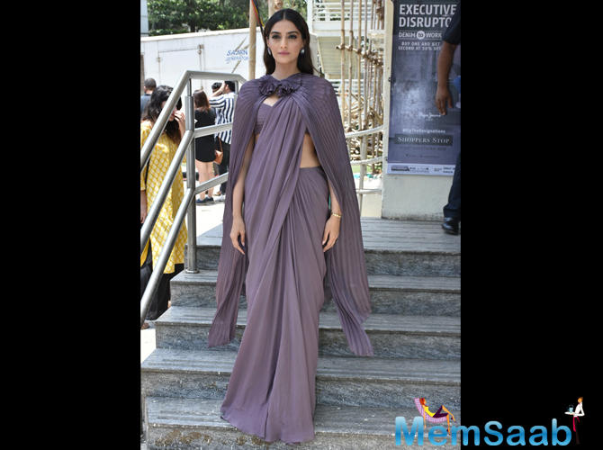 While we think the outfit scores full marks, it would have done no harm either, if she had ditched the pleated cape. The saree reminisced of the one that she wore in Prem Ratan Dhan Payo's Jalte Diye song.