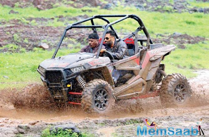 Over the weekend, Suniel Shetty was in Karjat indulging in off-road driving. The actor drove an all- terrain vehicle in the hilly regions in the pouring rains.