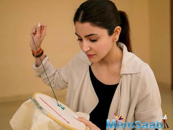 Staying true to her character of Mamta, an embroidery artist in the heartland of India, Anushka Sharma can be seen sporting printed sarees and no make-up in Sui Dhaaga — Made In India.