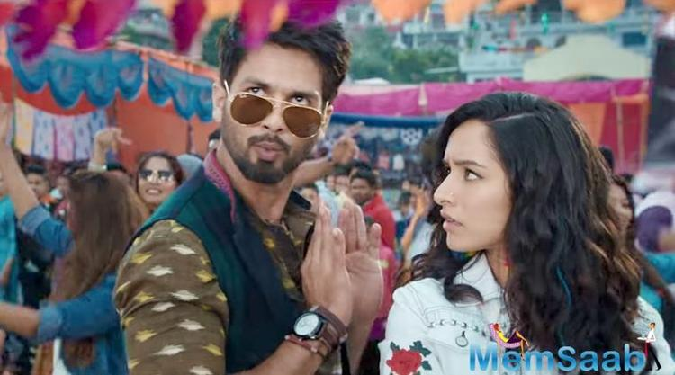 Sushil Kumar Pant aka SK (Shahid Kapoor) is a street smart and selfish lawyer. Nauti (Shraddha Kapoor) is an aspiring designer, while Sundar Mohan Tripathi (Divyendu Sharma) is the owner of a small printing press.