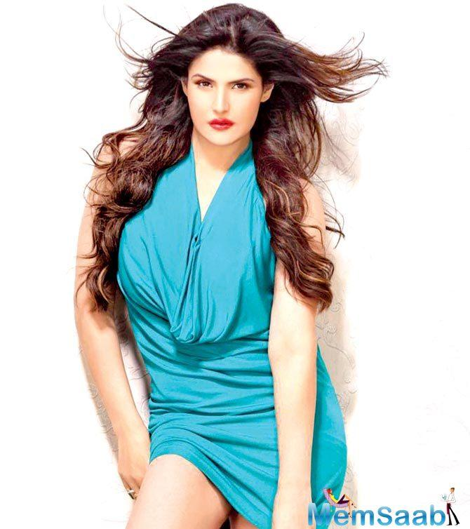 On Monday night, Zareen Khan and family were spotted at a restaurant at Juhu Tara Road. The actor hit the roof when she saw one of the guys on an adjoining table taking pictures of her.