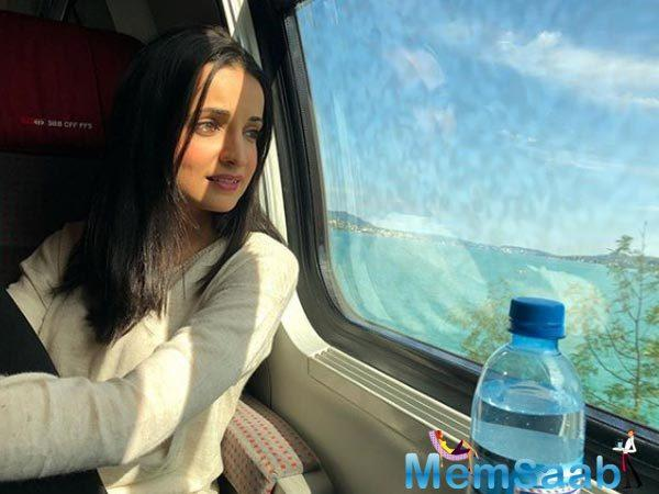 Those open soft curls and eye-grabbing pose makes that sun-kissed selfie look lovely. Don't you think? Sanaya Irani captioned the photo as,