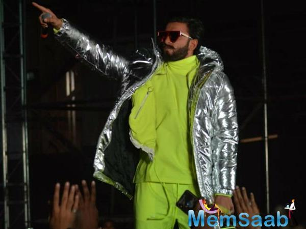 Ranveer Singh who was dressed in a neon green tracksuit and a silver jacket took the stage by storm with his high on energy performance which left masses into a tizzy.