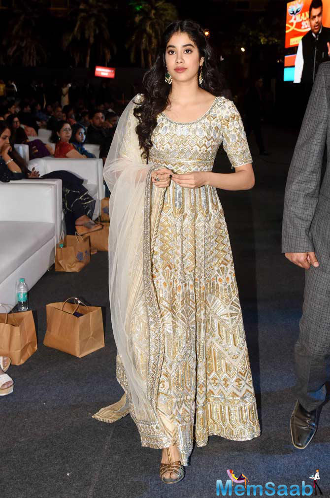 Janhvi Kapoor opted for a heavily embroidered gold and silver Anarkali. With minimal makeup and heavy earrings, Janhvi looked pretty.