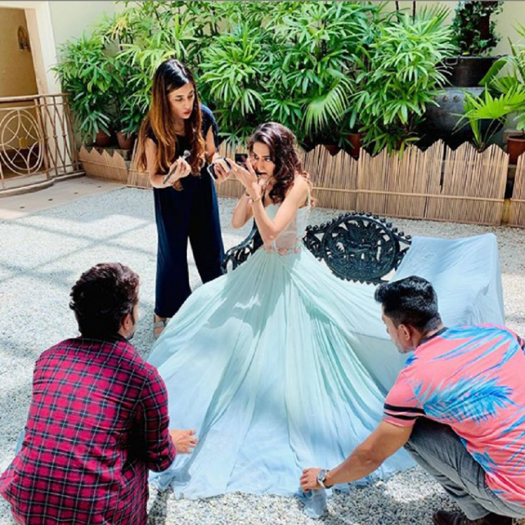 Kasautii Zindagii Kay fame Erica Fernandes has won hearts in a really short period if time. While some television actors are engrossed just in work, Erica manages to go for photoshoots as well as hangout with her friends.