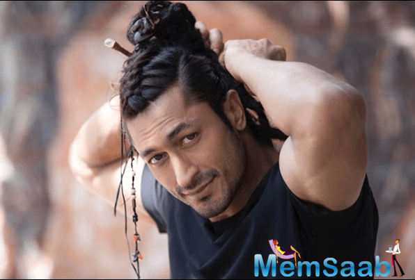 Action hero Vidyut Jammwal sent fans into a tizzy with his recent social media post. The Junglee actor shared a picture of himself in which you can see him balancing horizontally on a glass bottle on one hand.