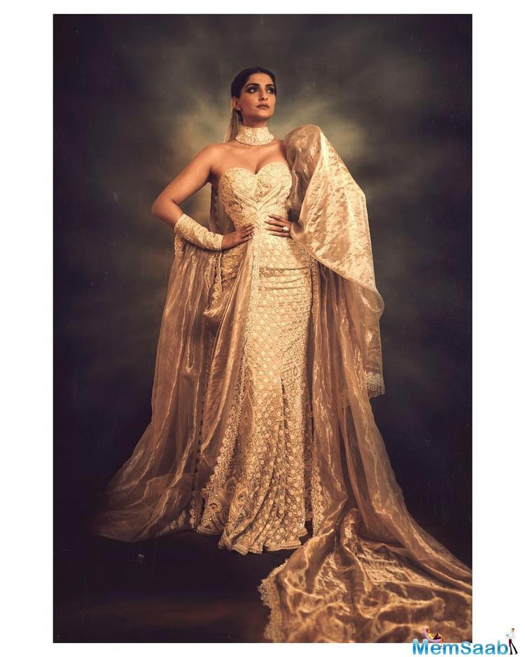 After totally slaying at the Cannes red carpet in her red exquisite gown, Sonam Kapoor Ahuja looked all royal and stunning in an eye catchy gold outfit for the Chopard party.