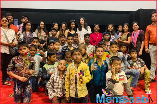 The actress spent time with the kids, chatting about their lives while also distributed flowers to the kids who were present which really overwhelmed the gathering.