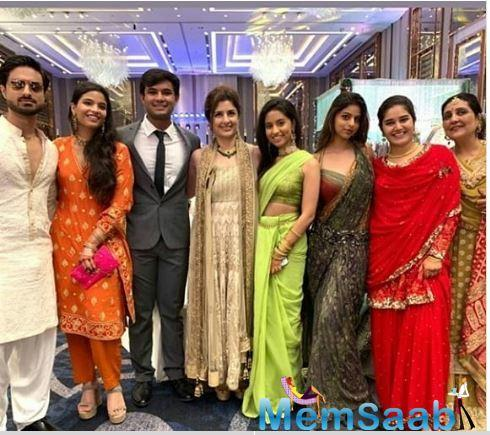 Another picture of Suhana Khan posing with her friends and family has been doing the rounds.