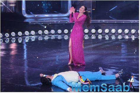 Host Karan Wahi, who never misses a chance to flirt with Kareena, couldn't resist flirting with Karisma either!