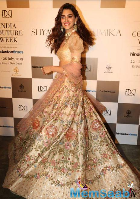 Kriti was wearing a muted beige coloured lehenga, inspired by the fresco and architectural details of the Renaissance period, and a one-shoulder puffed-sleeve blouse.