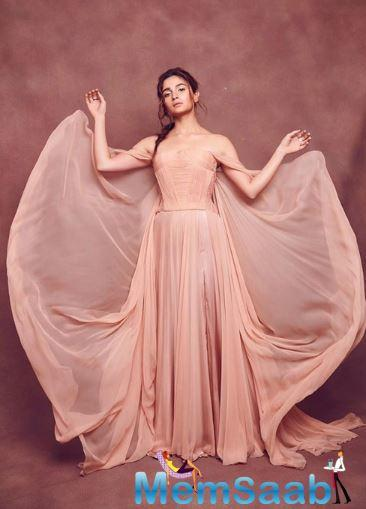 Alia Bhatt perfected the nude makeup look and was a vision in a flowy beige gown at IIFA 2019.