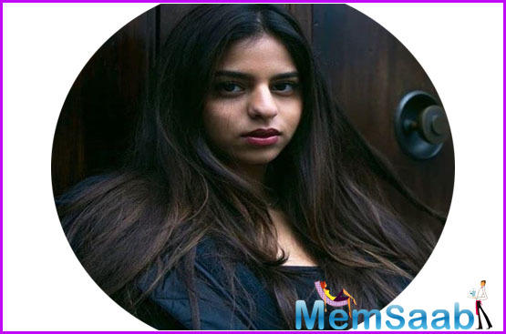 Suhana looks stunning in soft pinked-toned makeup and open tresses. Her hair was styled in soft curls and flashed her million-dollar smile.