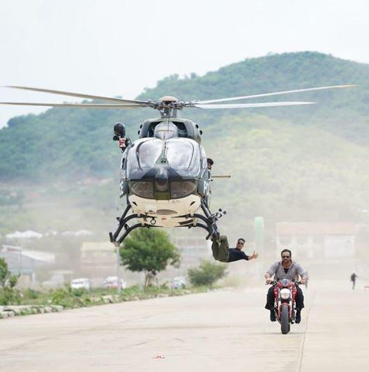 Akshay had did the helicopter stunt scene without any harness