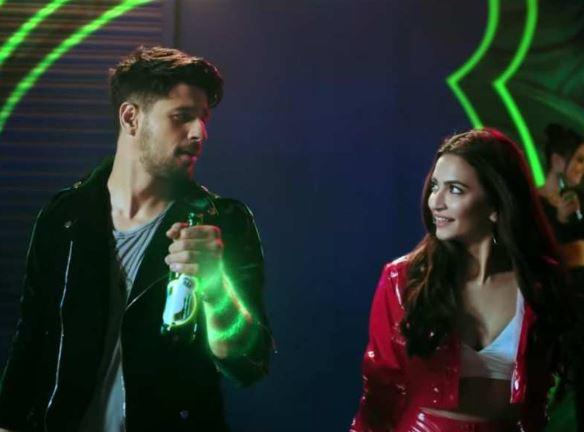 Sidharth and Kriti's electrifying chemistry which makes the groovy dance track even more energetic and fabulous