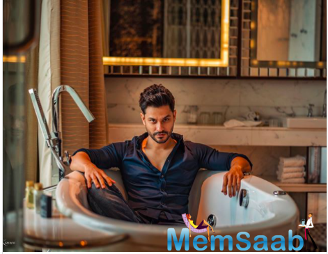 The actor is seen striking a pose with style inside a bathtub. Kunal is one of the fittest stars in Bollywood.