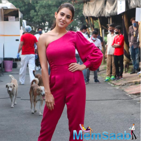 Sara Ali Khan looked stunning her in one-shoulder jumpsuit and high heels as she posed for the photographers ahead of the shoot for Kapil Sharma show along with Varun Dhawan.