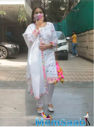 Dressed in a white salwar-kameez with multi-coloured floral threadwork on them and a matching dupatta, she looked absolutely gorgeous.