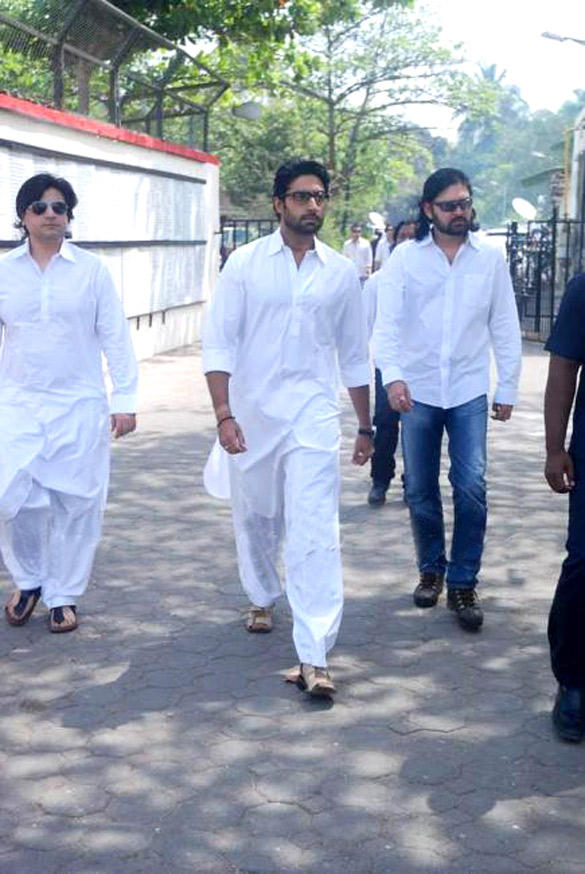 Abhishek Arriving at Mona kapoor's Cremation