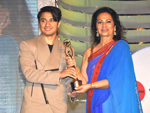 Ali Zafar  with award at  Lavasa Women's Drive Awards 2012