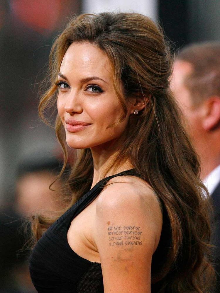 Angelina Jolie Glamour Face Look Wallpaper