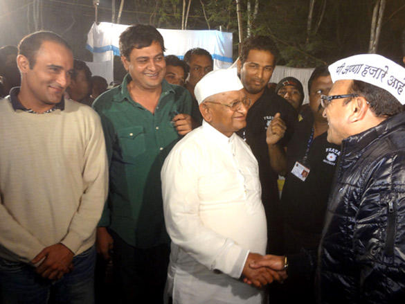 Annu Kapoor shake hand with Anna Hazare