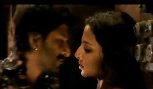 Arshad Warsi and Vidya Balan Kiss In Ishqiya