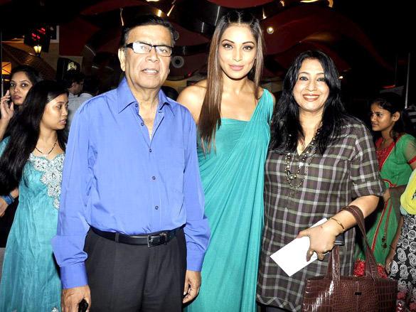 Bipasha Basu Celebrates her 33 Birthday with her Parent's