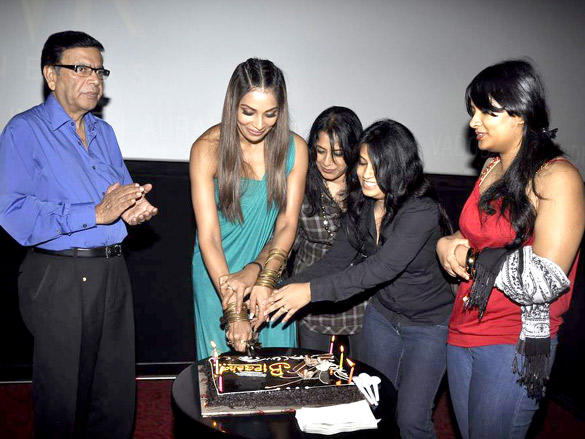 Bipasha Basu Celebrates her 33 Birthday with her parent's and sister's