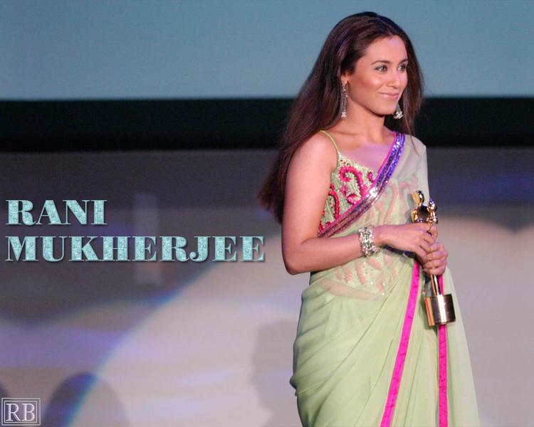 Charming Actress Rani Mukherjee Wallpaper