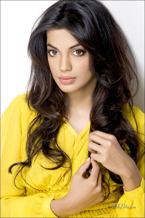 Cute Mugdha Godse Nice Face Wallpaper