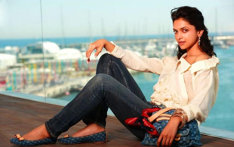 Deepika Padukone Hot Pose Wallpaper