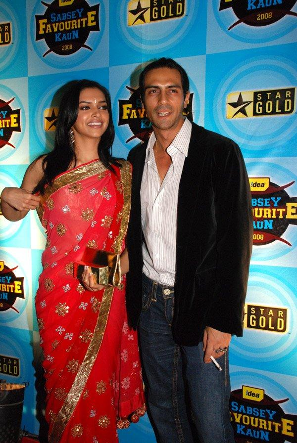 Deepika Padukone Red Gorgeous Saree Pic With Arjun Rampal
