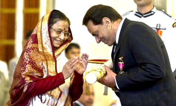 Dharmendra Receive Padma Bhushan Award 2012