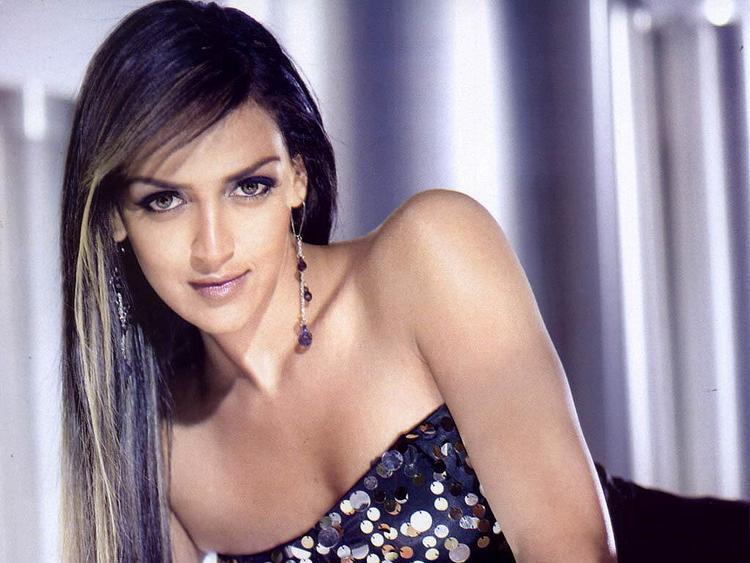 Esha Deol Sleeveless Dress Hot Wallpaper