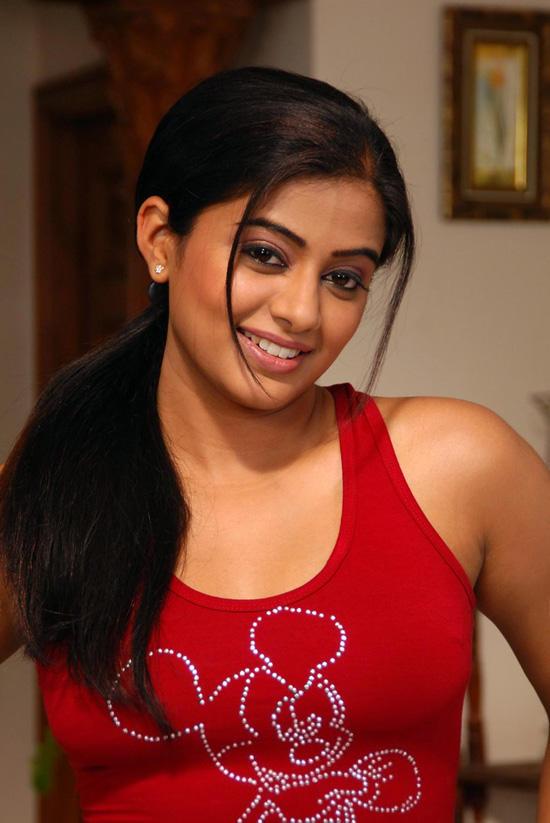 Hot Actress Priyamani Cute Look Wallpaper