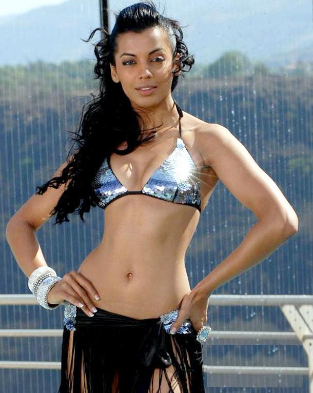 Hot Mugdha Godse Spicy Belly Wallpaper