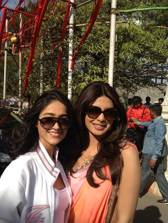 Ileana D'cruz,Priyanka Chopra Poses To Photoshoot On The Set Of Barfi