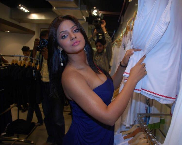 Indian Hot Model Neetu Chandra Wallpaper