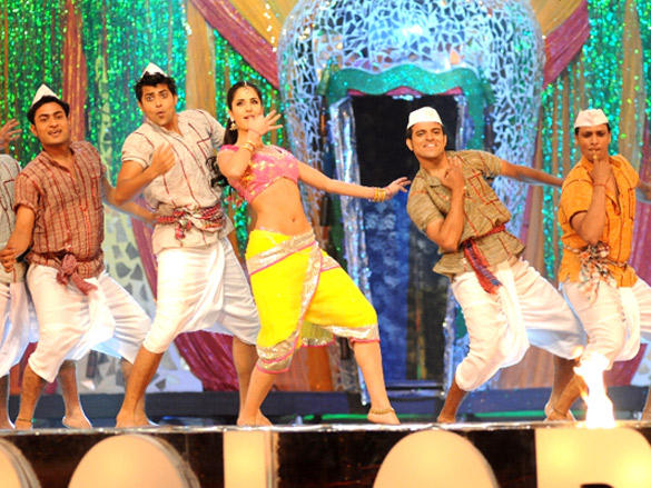 Katrina Kaif Dancing on stage at 18th Annual Colors Screen Awards 2012